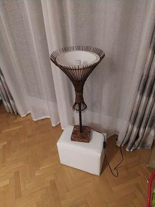 Lámpara de pie decorativa.