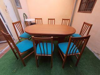 Mesa y 8 sillas.