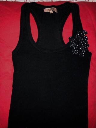 Camiseta negra detalle lazos