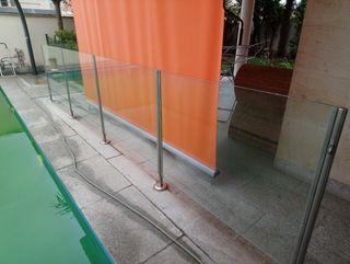 Barandilla vidrio laminado con puerta.