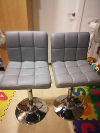Dos sillas altas de color gris