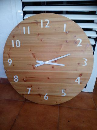 Reloj de madera gigante