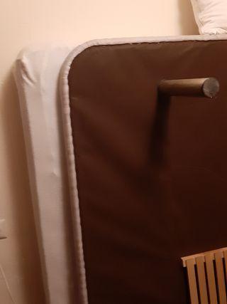 cama con base madera y patas