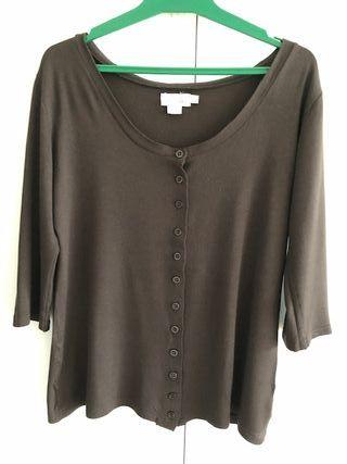 Camiseta marrón con amplio escote