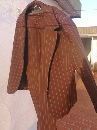 traje chaqueta y pantalón marrón de rayas