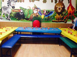 Mesas, bancos , 2 tronos infantiles, mobiliario