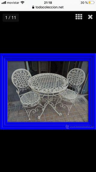 Mesa de jardín y cuatro sillas a juego
