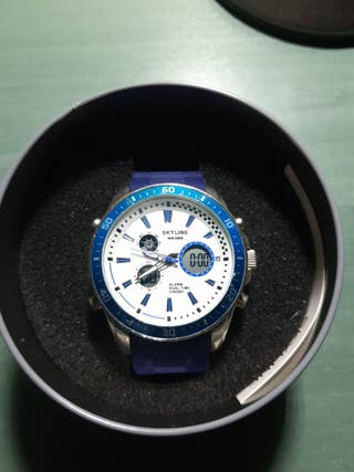 Reloj Skyline de correa azul.