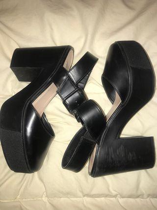 Sandalias de tacón negras de Zara.