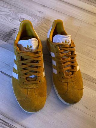 adidas gazelle negras suela marron