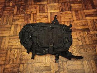 Mochila negra con muchos compartimentos