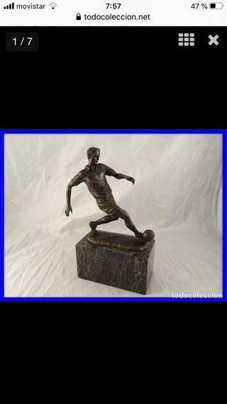 Escultura de futbolista de bronce sobre marmol