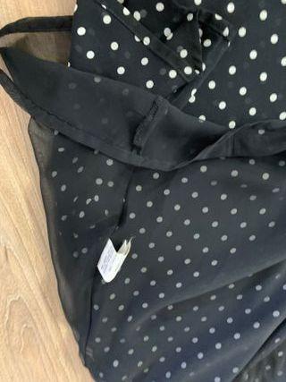Vestido negro con topos blancos de Zara