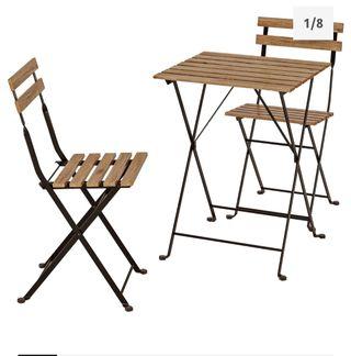 Mesa con dos sillas y sillon para jardin.