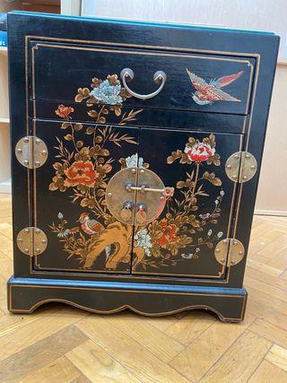 Mesa oriental de madera forrada en piel.