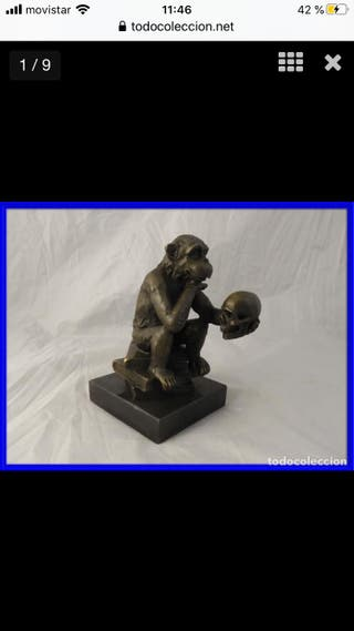 Graciosa escultura de mono con calavera