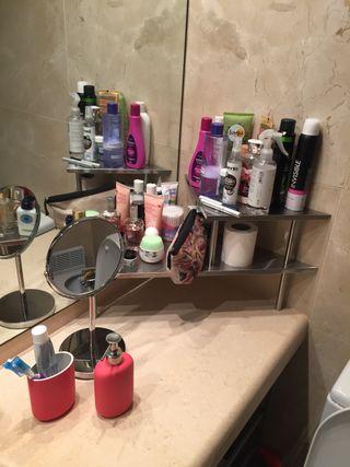 Estante esquina espejo alfombra artículos de baño
