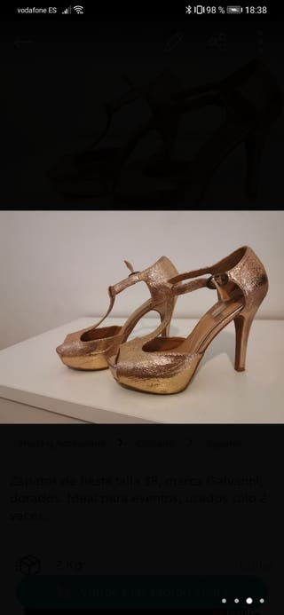 Zapato dorado de fiesta