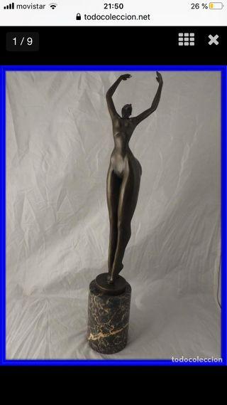 Escultura de bronce de una figura cubista
