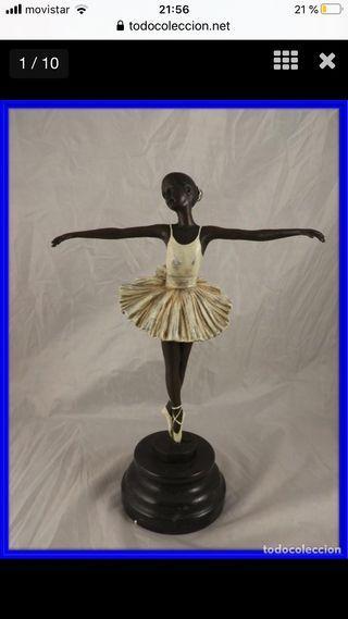 Escultura de bronce de una bailarina coloreada