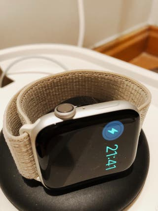 Apple Watch 4 44mm + soporte y organizador cable