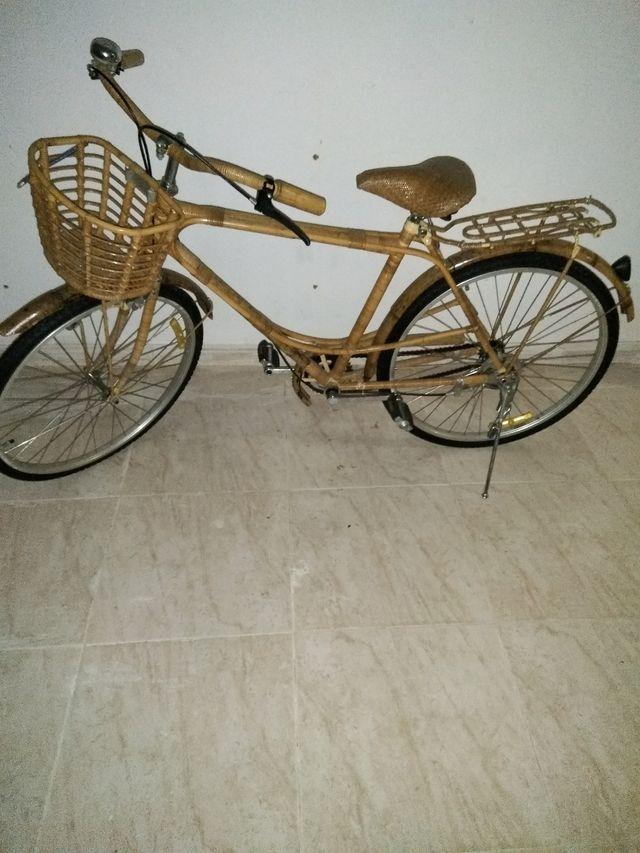 Bicicleta revestida de mimbre