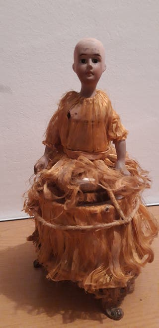 Muñeca y bombonera de 1900