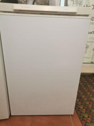 Arcón congelador blanco.
