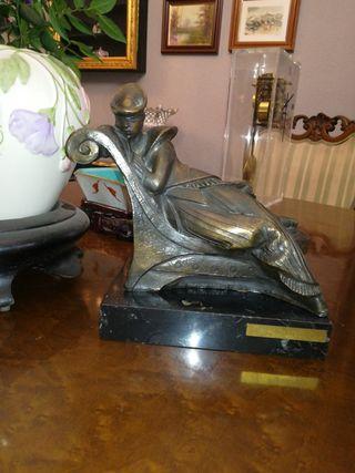 Escultura, sujeta libros de resina y base d piedra