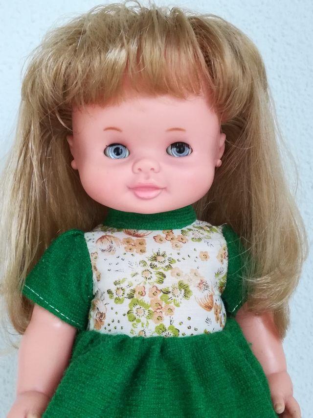 Muñeca de Famosa.