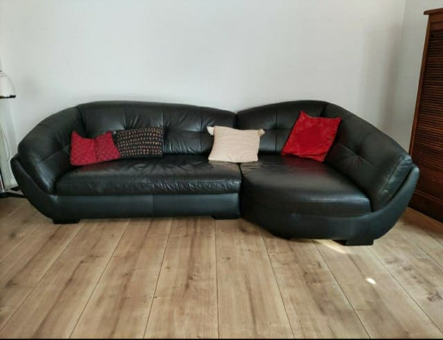 sofá de piel negro con chase longue