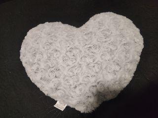 2 cojines blancos corazon