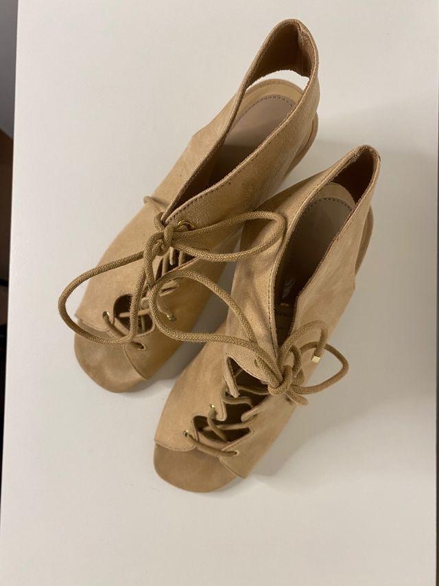 Sandalias atadas de tacón ancho