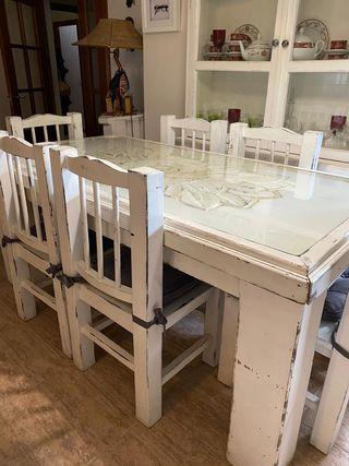 Mesa y 6 sillas de salón.