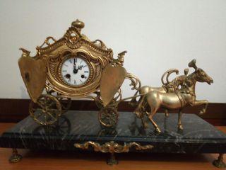 Reloj muy antiguo de bronce