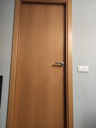puerta de madera de teca con pomo metálico