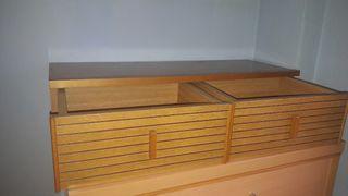 Mueble de dos cajones de madera de pino.