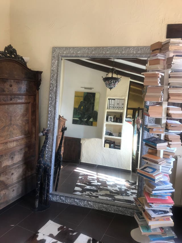 Espejo de gran formato con marco plateado