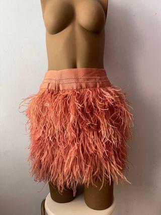 Falda de pluma sintética