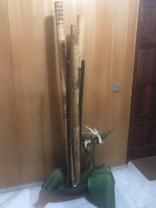 Macetero de cañas y plantas artificiales