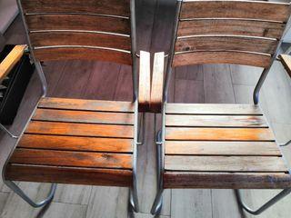Dos sillas de madera de jardín o terraza