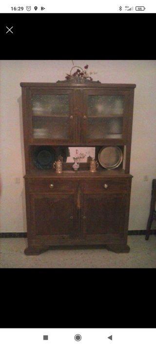 Antiguo aparador con vitrina
