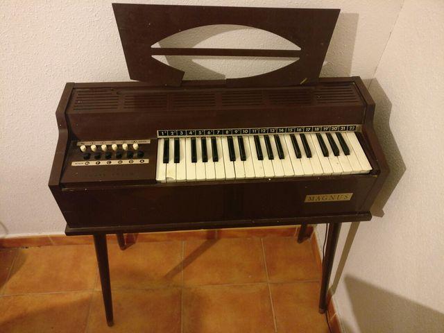 Organo antiguo MAGNUS. Ideal coleccionismo.