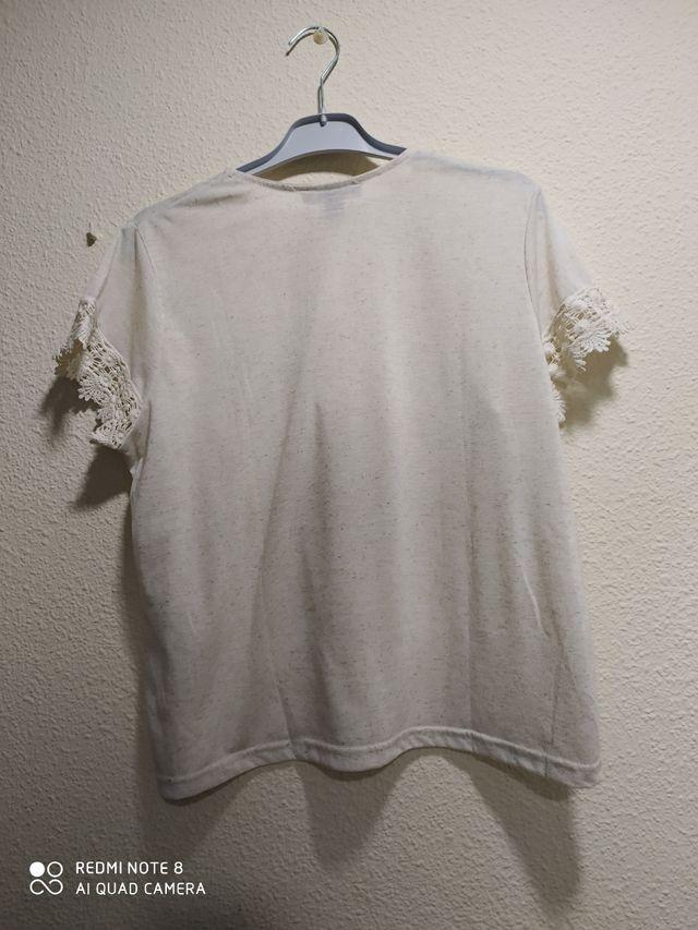 Camiseta con puntilla