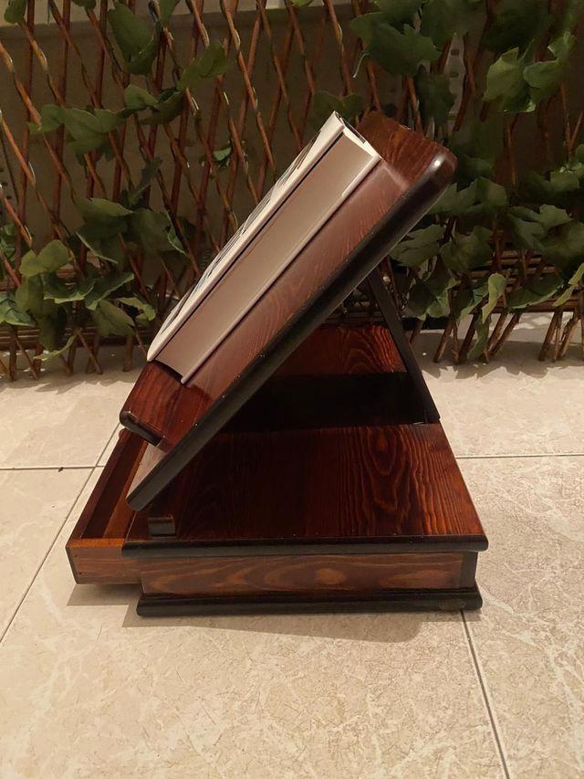 Atril de madera con cajón