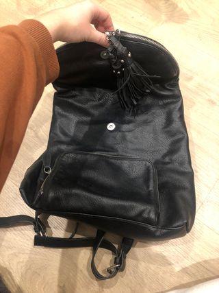 Mochila negra con cremalleras