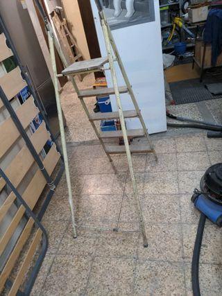 Escalera de metal con 5 peldaños de madera