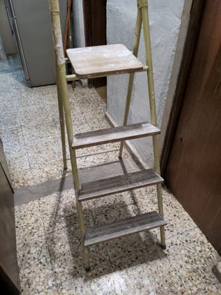 Escalera de metal con 4 peldaños de madera