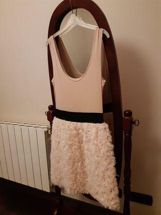 Vestido nude con falda plumas