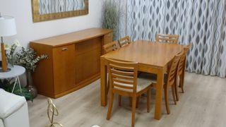 Mesa, sillas y aparador